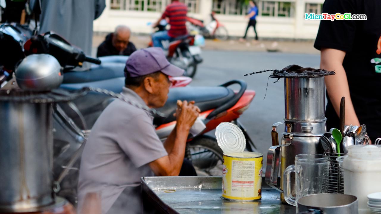 Góc cà phê đơn giản làm nên thương hiệu cà phê Thủ Khoa Huân gần nửa thế kỷ ở Cần Thơ