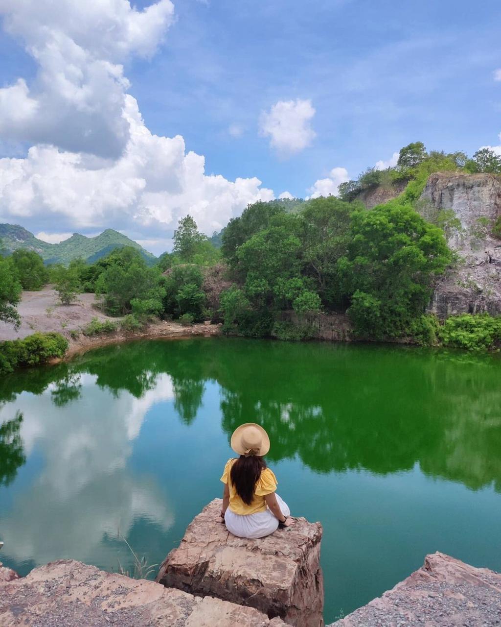 Khách du lịch check in trên đối đá của hồ