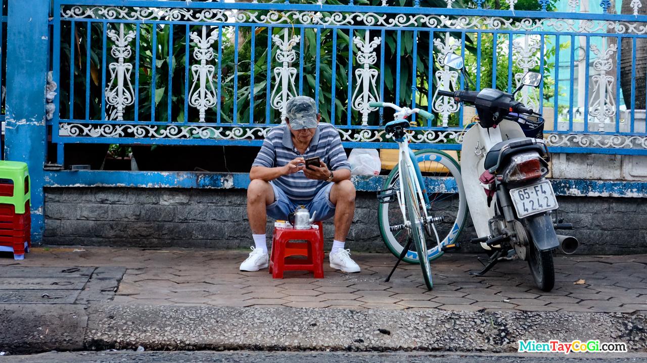 Khách ngồi cà phê ven lề đường sau buổi chạy xe đạp ở bến Ninh Kiều