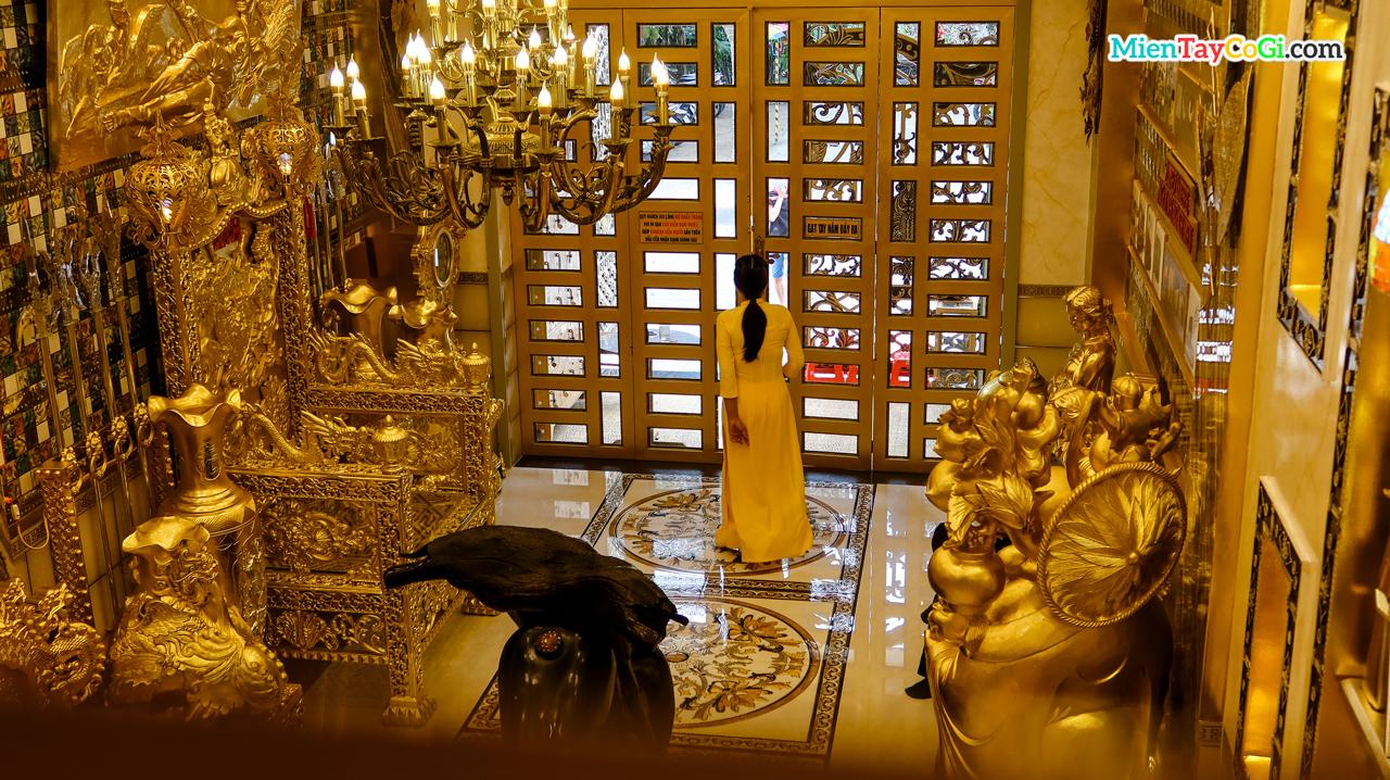 Không gian tầng trệt ngôi nhà dát vàng Cần Thơ