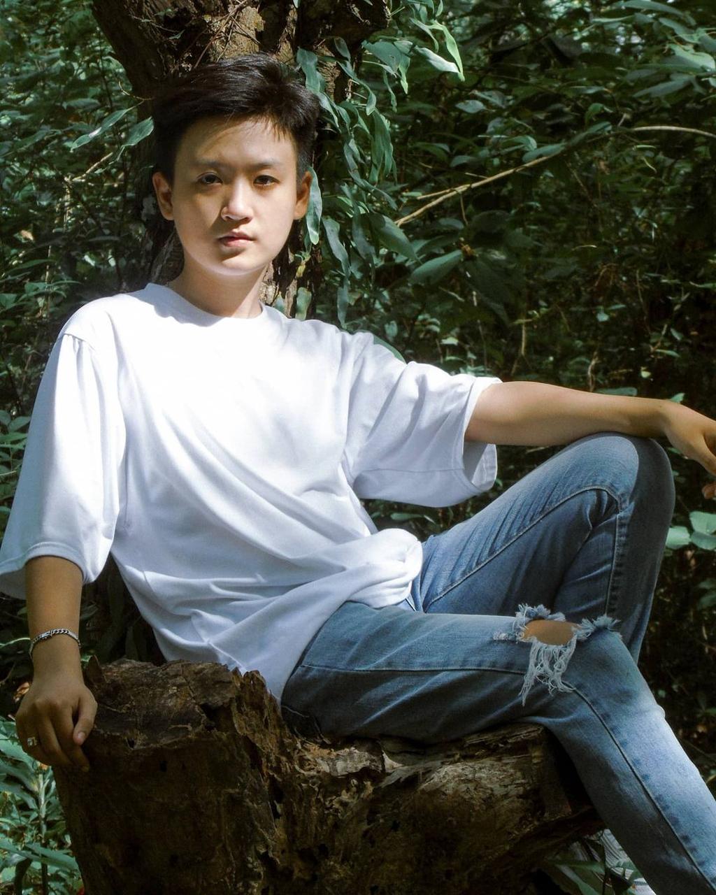 Nét lãng tử của du khách chụp ảnh tại khu rừng cây sao An Giang