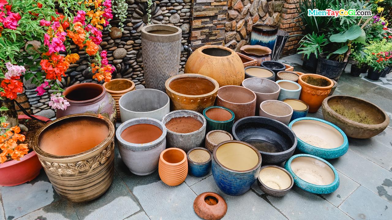 Những bình gốm sứ bên trong khuôn viên Ngôi nhà Gạch Men