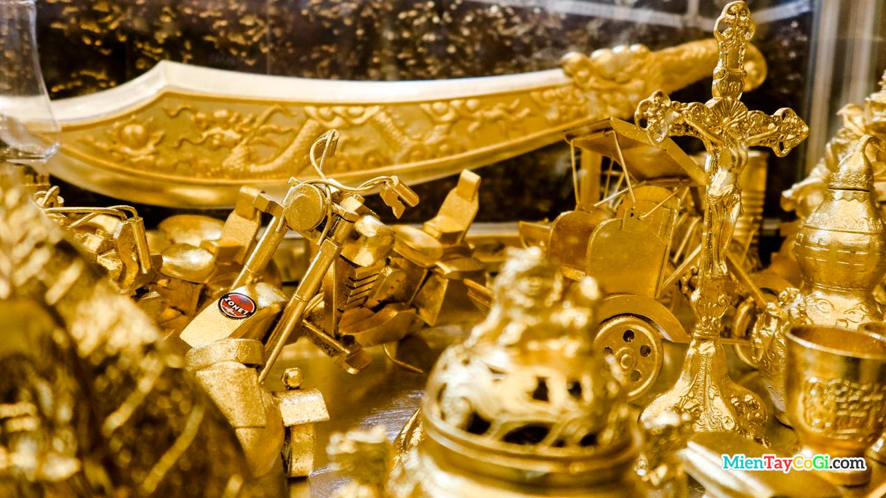 Những vật dụng dát vàng trưng bày bên trong