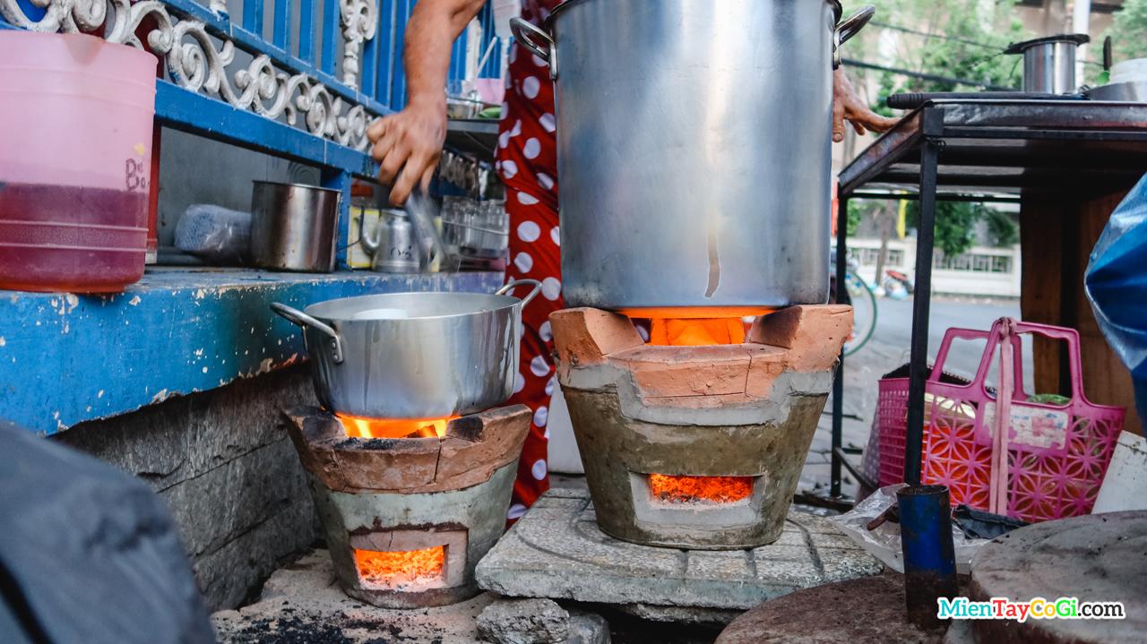 Nồi nước nóng luôn được giữ lửa nóng