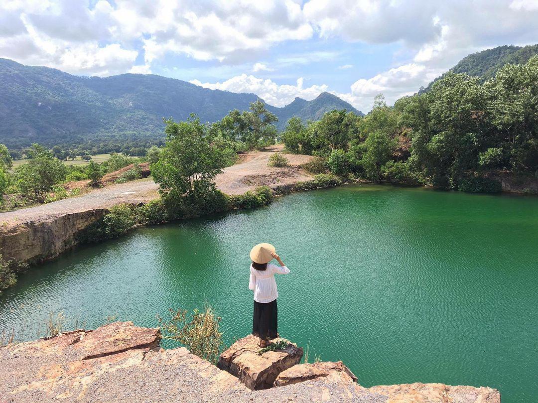 Nón lá là phụ kiện được ưa chuộng khi chụp ở hồ Tà Pạ