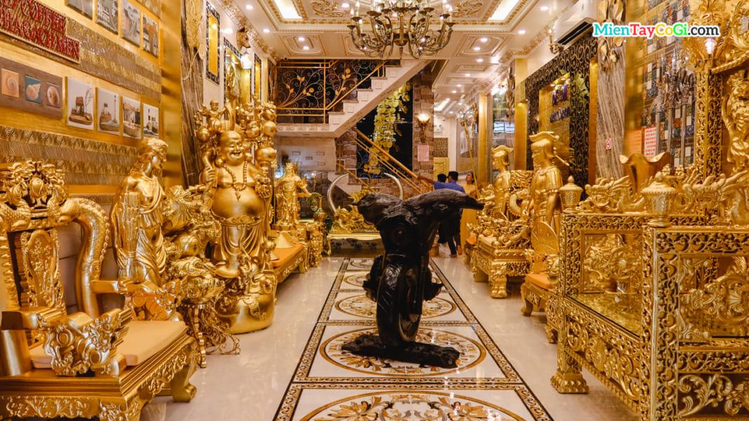 Tầng trệt ngôi nhà dát vàng Cần Thơ