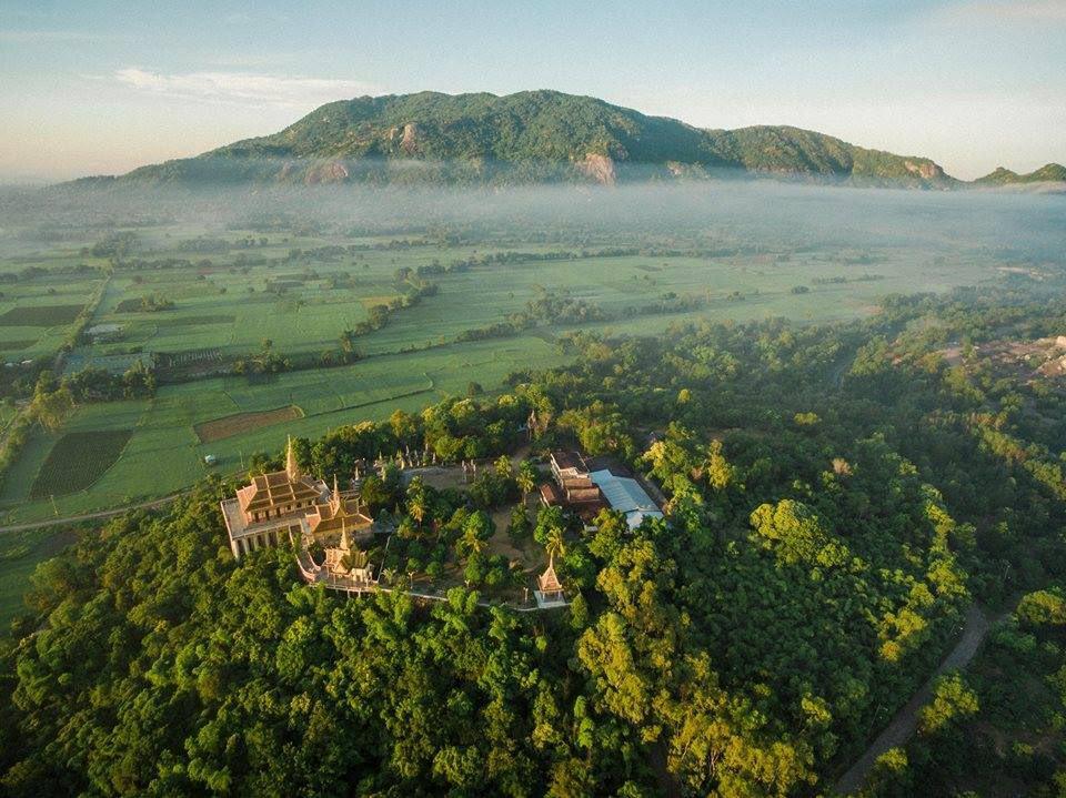 Toàn cảnh chùa núi Tà Pạ trên ngọn núi