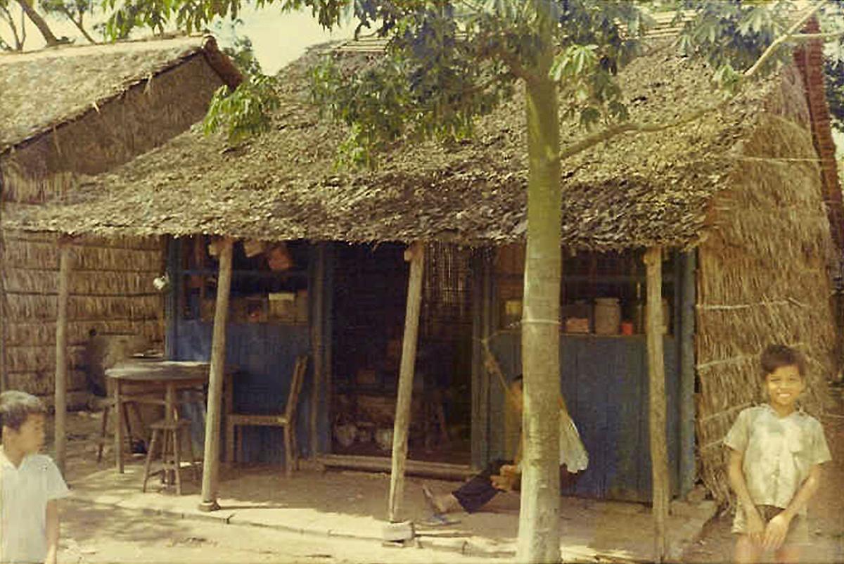 Ngôi nhà bán hàng trên quốc lộ 4 Vĩnh Long năm 1968 - 1969 | Photo by Raymond Pete Peterson