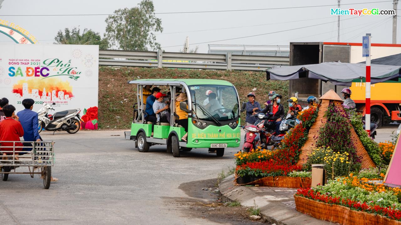 Xe bus điện tham quan ở Làng hoa Sa Đéc 2021