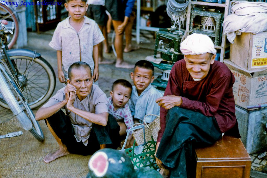 3 thế hệ gia đình ở chợ Mỹ Tho năm 1969   Photo by Lance Crormwell