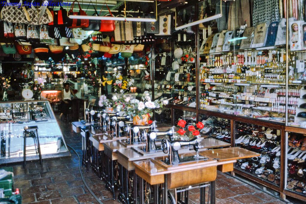 Bàn máy may hiệu Sinco nổi tiếng một thời ở chợ Mỹ Tho năm 1969   Photo by Lance Cromwell
