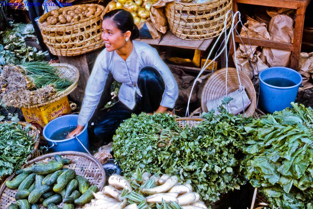 Bán rau cải các loại ở chợ Mỹ Tho năm 1969   Photo by Lance Cromwell