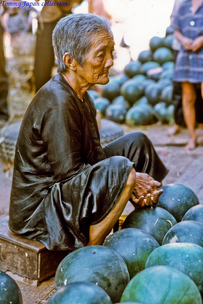Bà cụ ngồi chờ khách mua dưa hấu trưng ngày Tết ở chợ Mỹ Tho năm 1969   Photo by Lance Cromwell