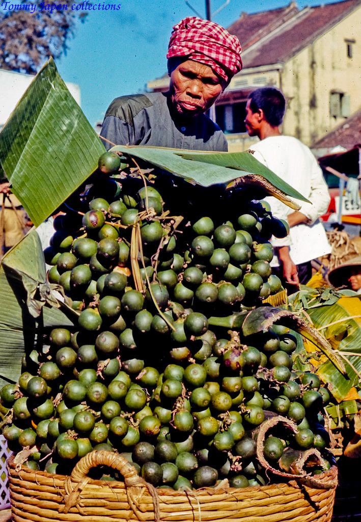 Bán cau chợ Mỹ Tho năm 1969   Photo by Lance Cromwell