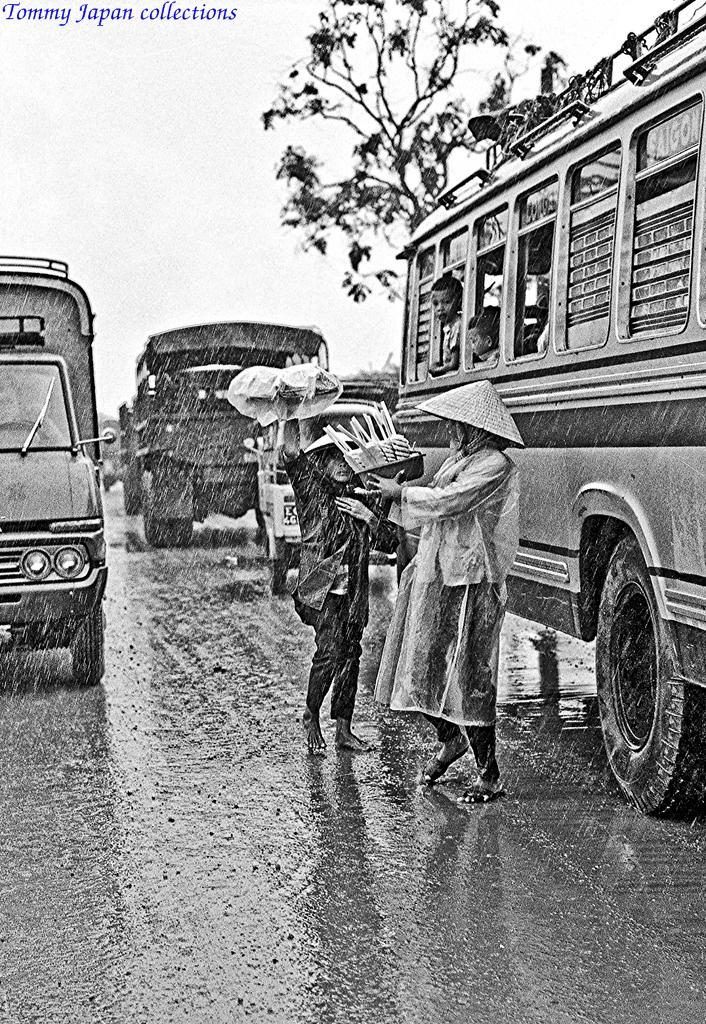 Bán khóm dưới trời mưa cho các xe khách di chuyển dọc quốc lộ 1