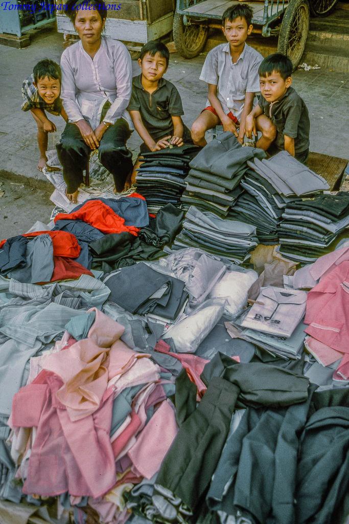 Bán quần áo sỉ trên đường chợ Mỹ Tho năm 1969   Photo by Lance Cromwell