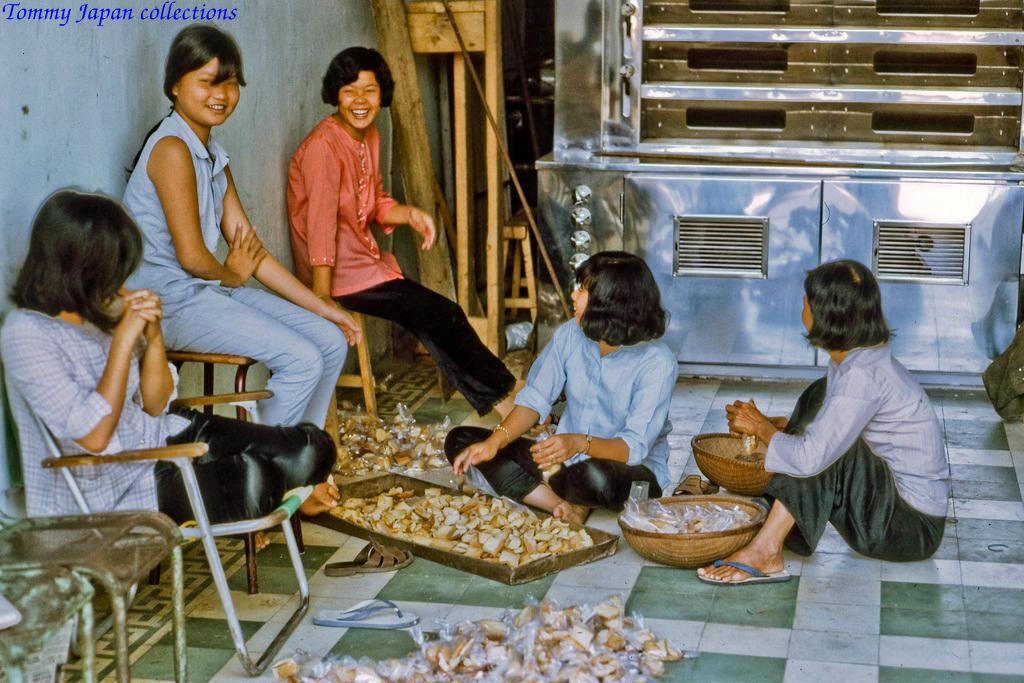 Bên trong cửa hàng bánh ở chợ Mỹ Tho năm 1969   Photo to by Lance Cromwell