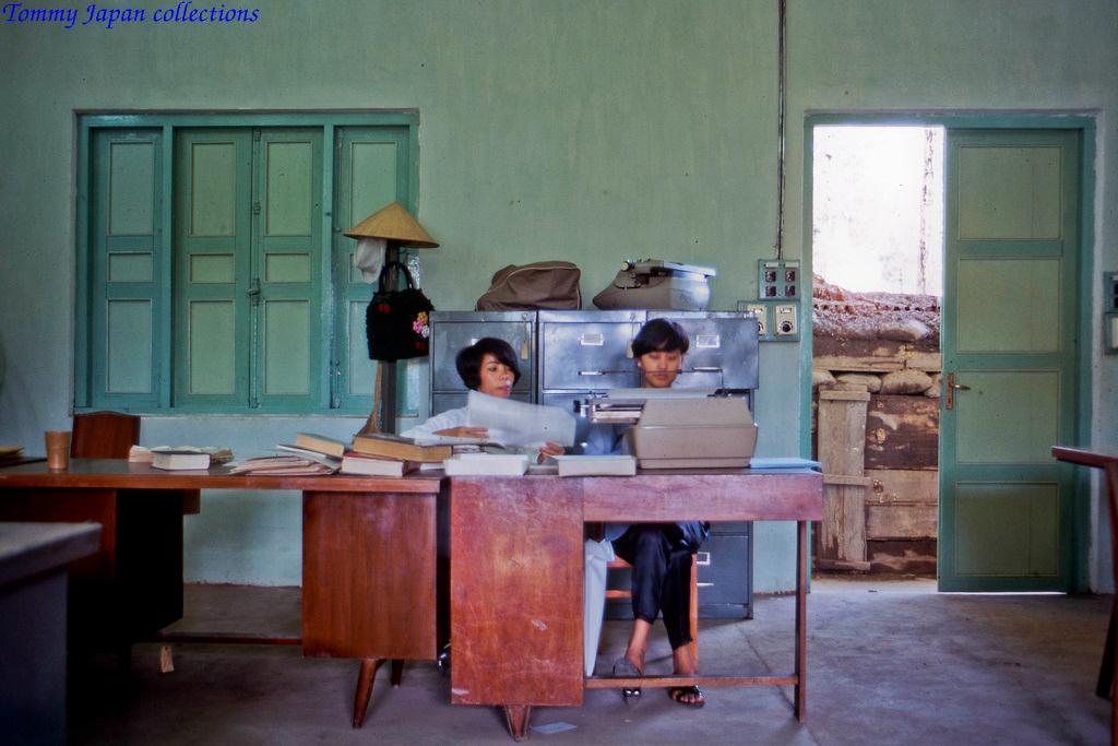 Biên dịch viên kiêm nhân viên đánh máy làm việc tại văn phòng trung tâm Phượng Hoàng ở Mỹ Tho cuối năm 1968