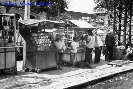 Buôn bán thuốc lá ngoài chợ đen
