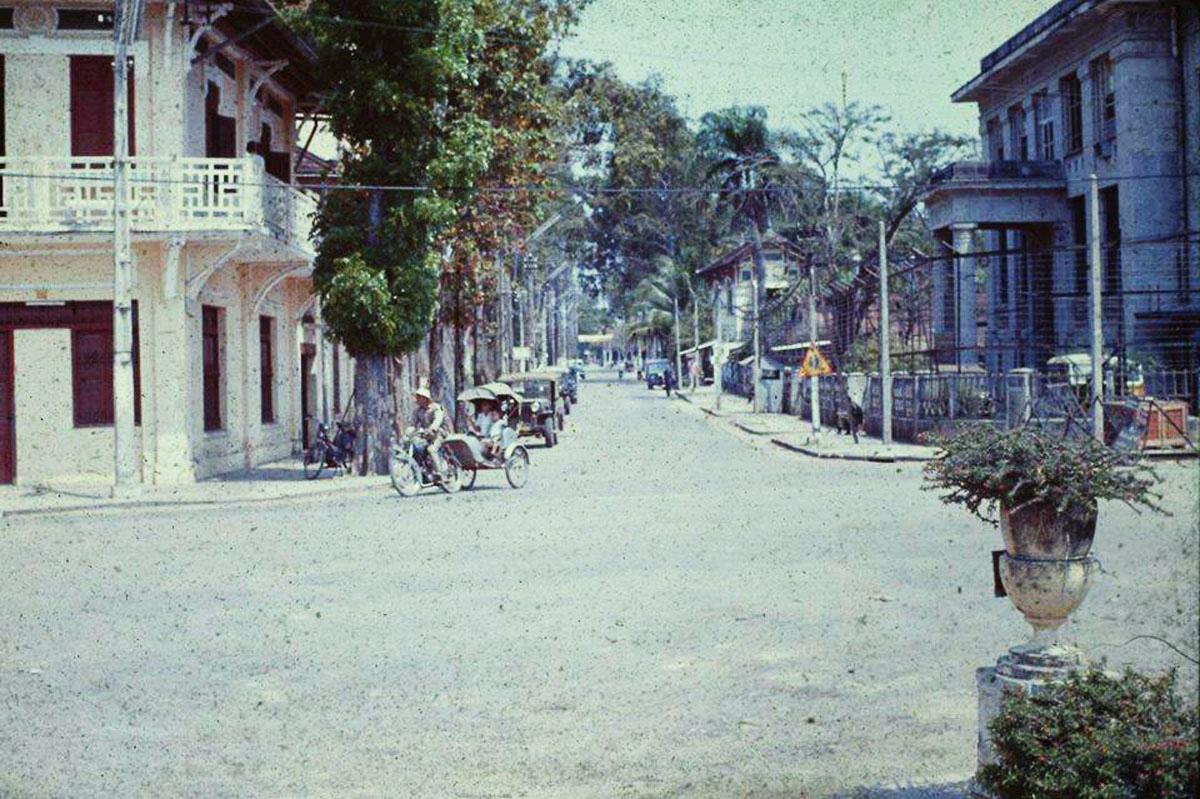 Nay là đường Ngô Gia Tự, bên phải là kho bạc nhà nước Cần Thơ năm 1960 | Hiện nay nằm ngay góc đường xuống bến Ninh Kiều