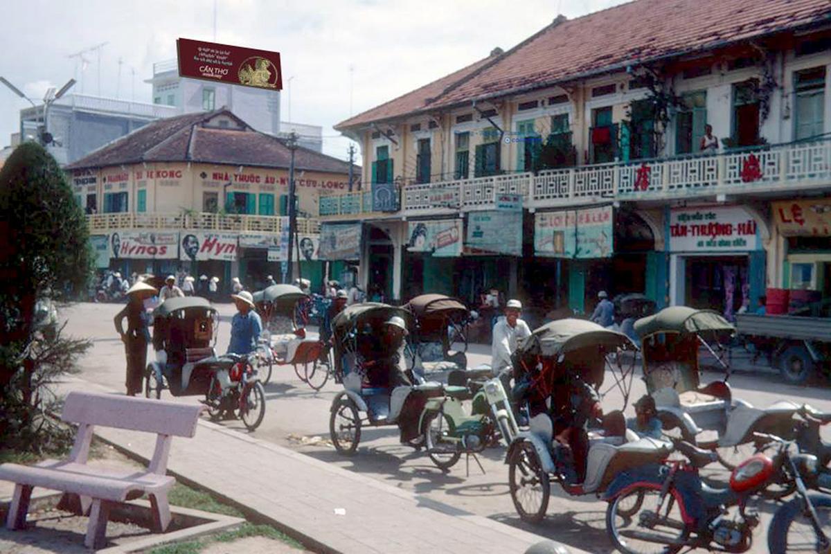 Ngã ba nhìn ra dãy nhà cổ đường Ngô Quyền ở Bến Ninh Kiều năm 1968