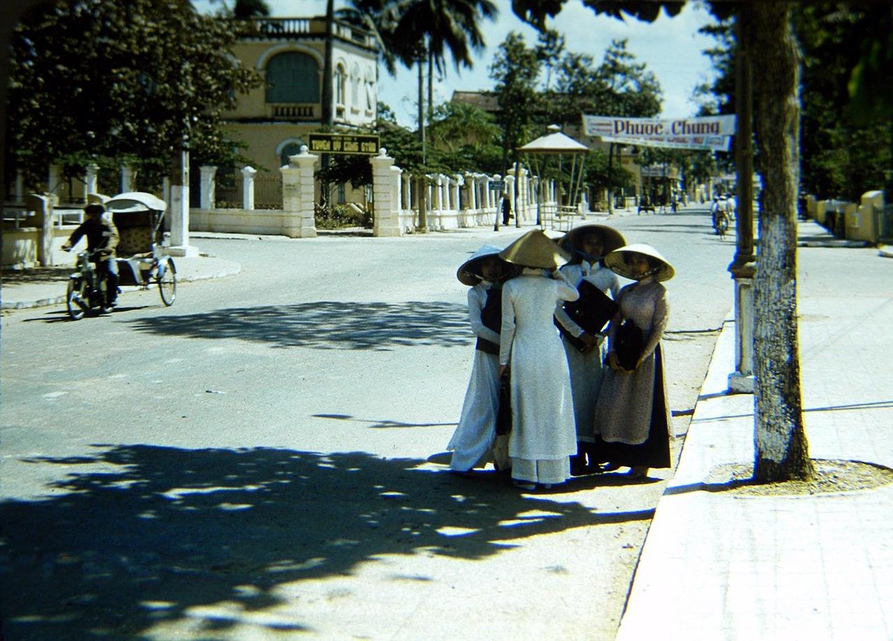 Những nữ sinh đường Phan Đình Phùng năm 1958 | Phía trước là ngã tư Phan Đình Phùng - Ngô Quyền