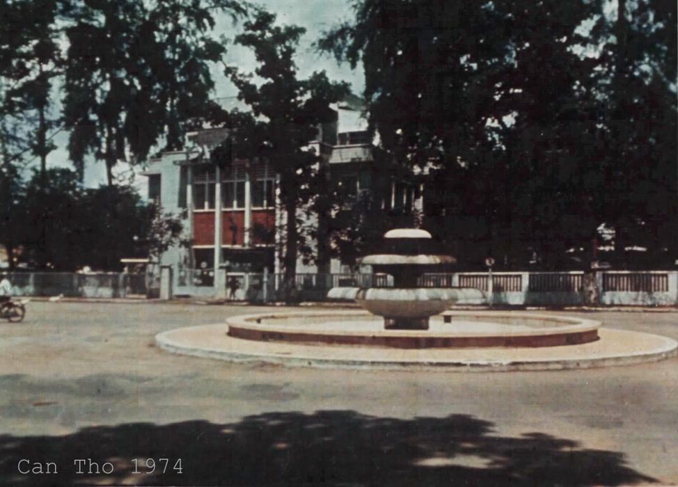 Công trường Độc Lập và bồn phun nước ở đầu Đại lộ Hòa Bình Cần Thơ năm 1974