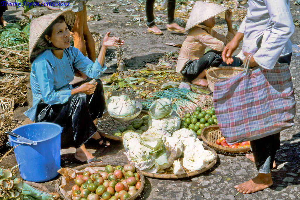 Cân rau bằng cân truyền thống