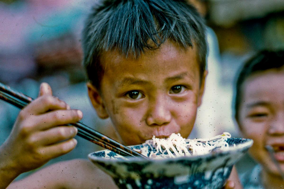 Cậu bé ngồm ngoàm tô mì trông rất ngon ở Mỹ Tho năm 1969