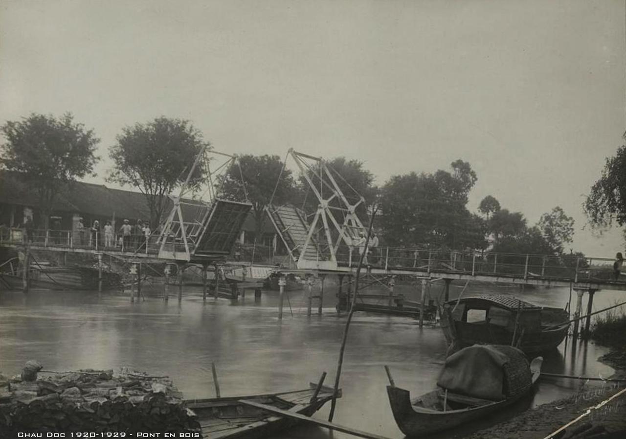 Cầu gỗ Châu Đốc thập niên 1920s