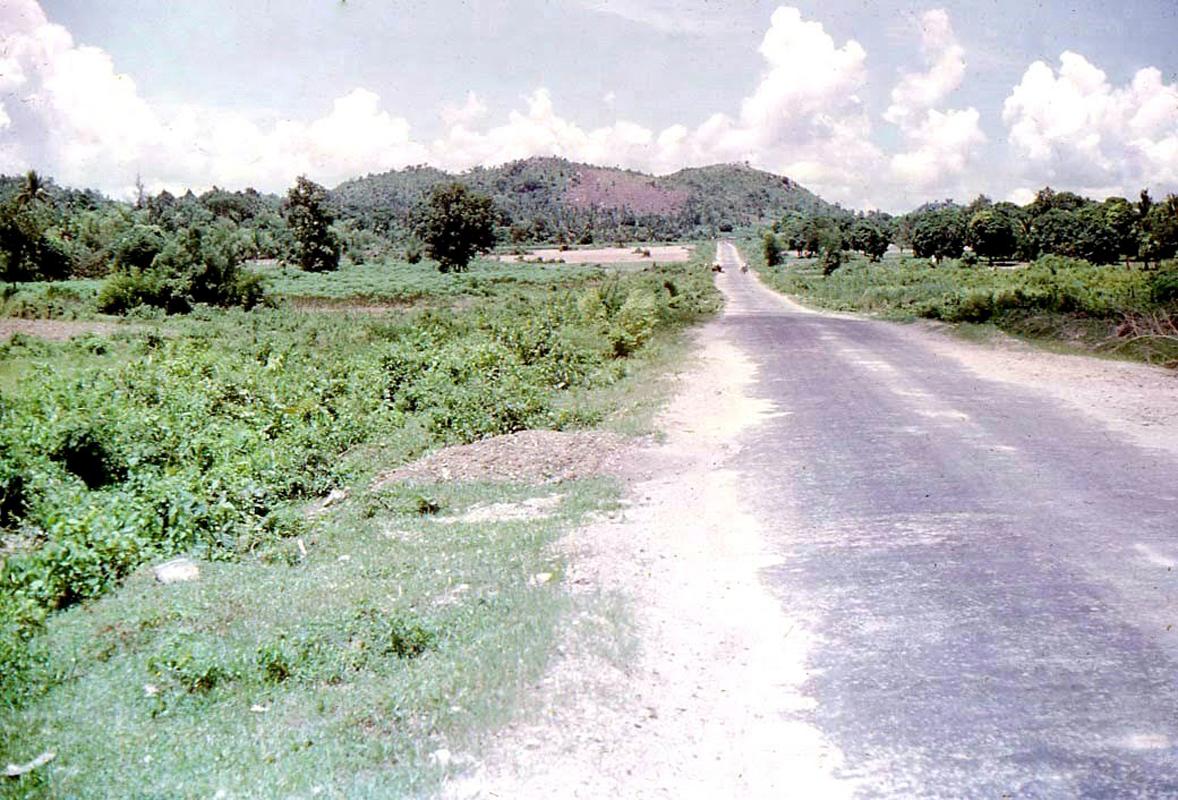 Con đường dẫn đến vùng biên giới giáp Campuchia ở Châu Đốc năm 1973