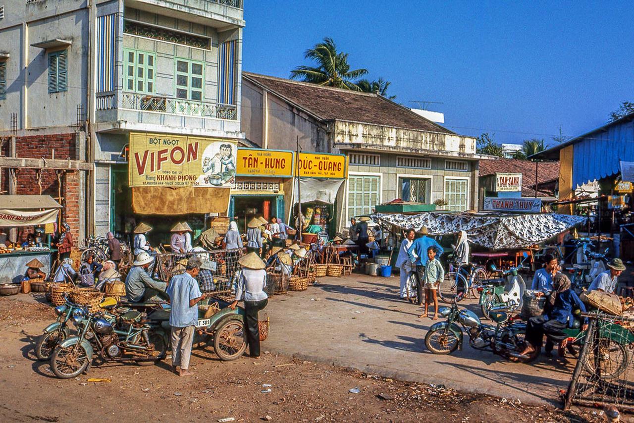 Chợ Tân Hiệp tháng 3 năm 1969   Photo by Lance Nix