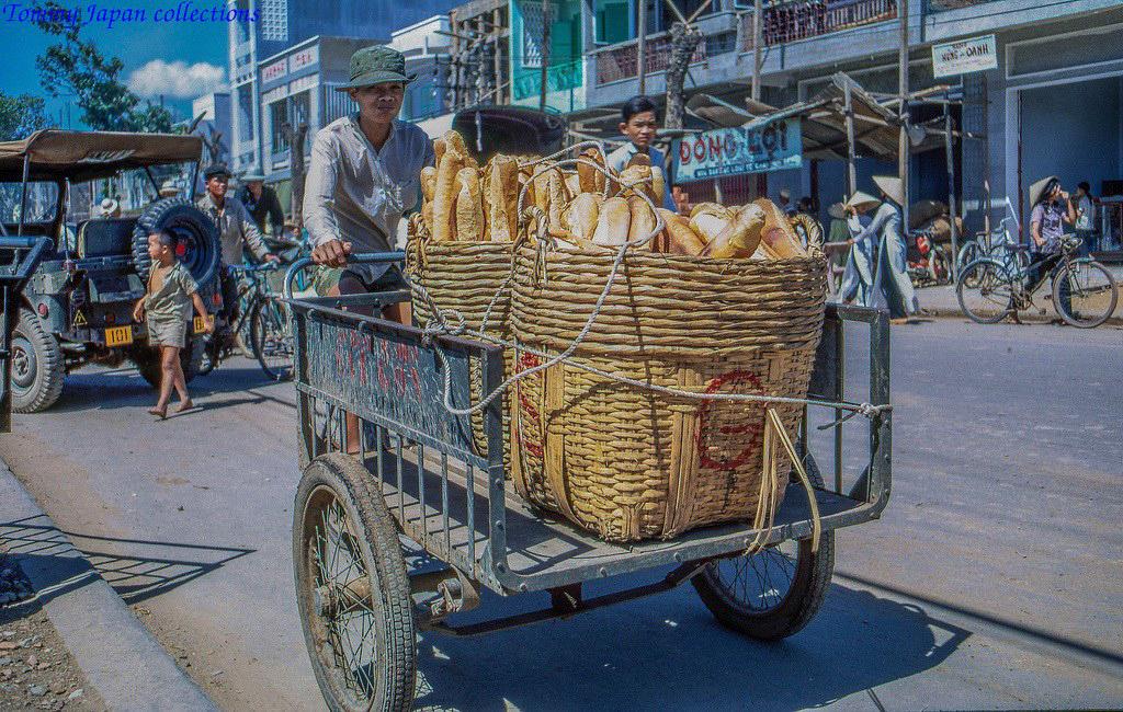 Chở giỏ bánh mì chợ Mỹ Tho năm 1969   Photo by Lance Cromwell