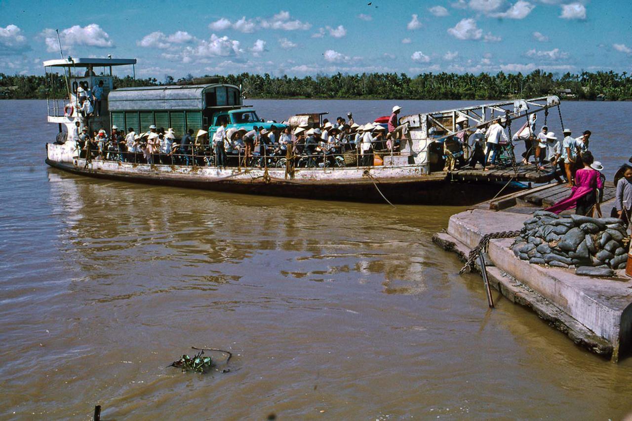Chuyến phà Mỹ Tho đi Kiến Hòa tháng 1 năm 1969   Photo by Lance Nix