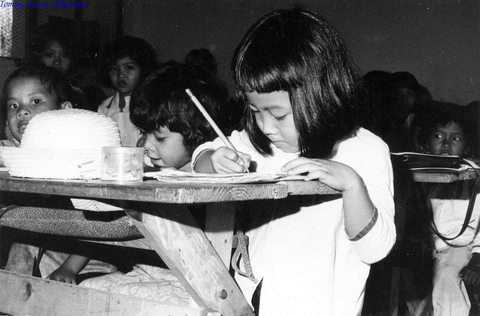 Cô bé trong 1 lớp học năm 1970