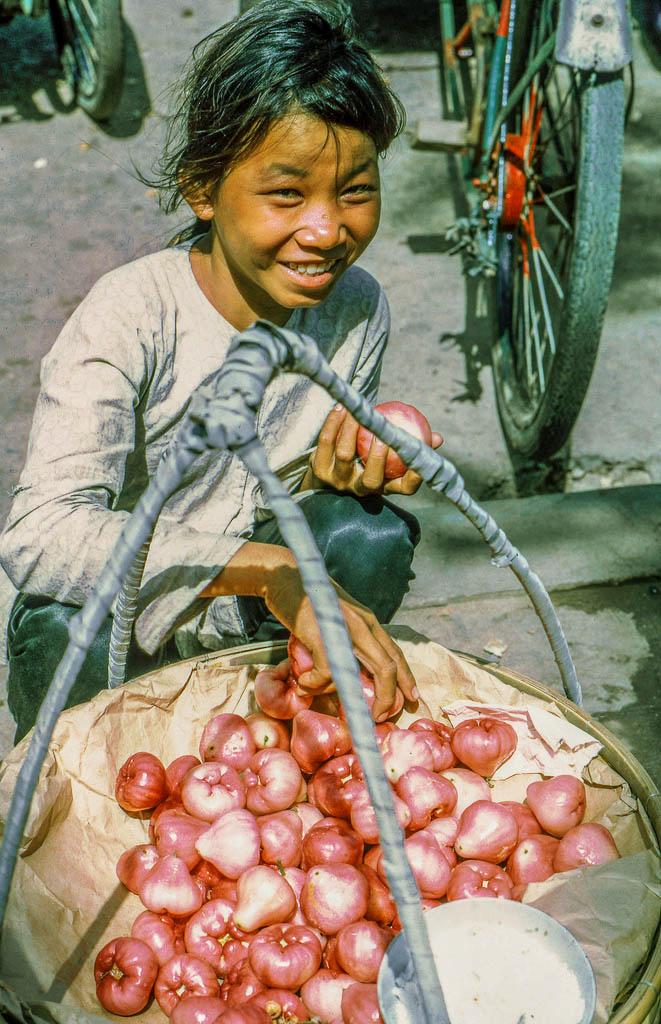 Cô gái trẻ bán mận ở chợ năm 1969