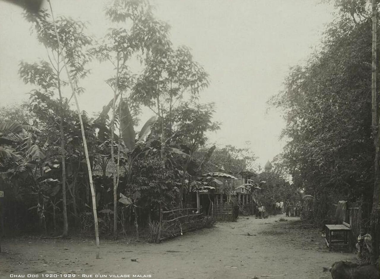 Con đường vào bên trong ngôi làng của người Chăm
