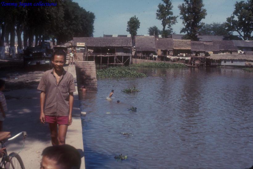 Con đường ven sông ở vùng quê Long Xuyên An Giang năm 1965   Photo by Robert D