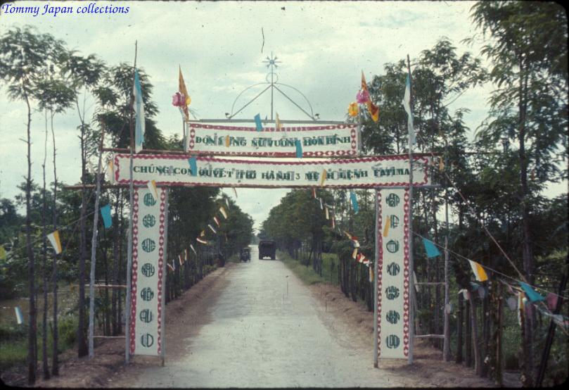 Cổng chào ở 1 vùng ven Long Xuyên An Giang năm 1965   Photo by Robert D