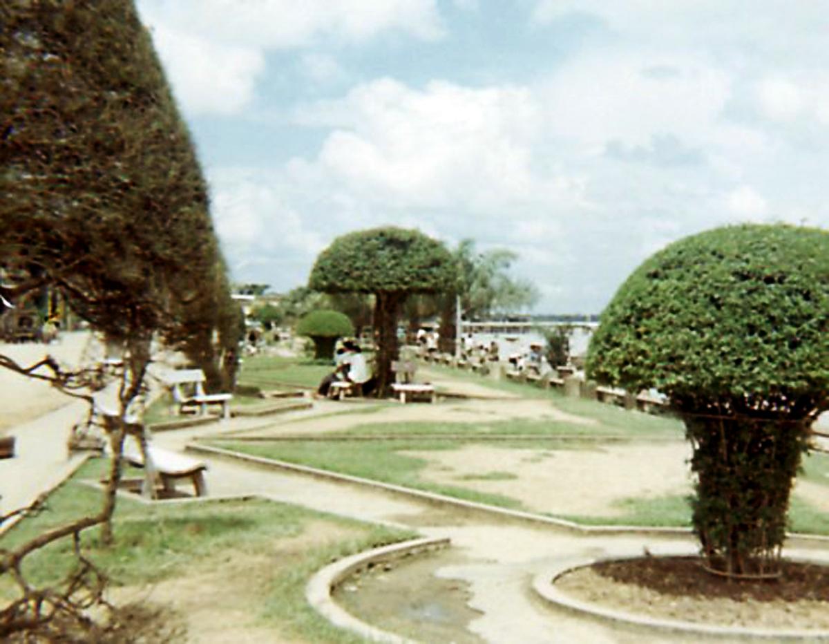 Công viên nhỏ gần bờ sông ở Cần Thơ năm 1967 - 1968