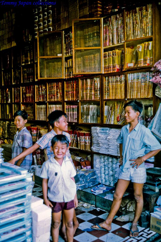 Cửa hàng bán Nhang chợ Mỹ Tho năm 1969   Photo by Lance Cromwell