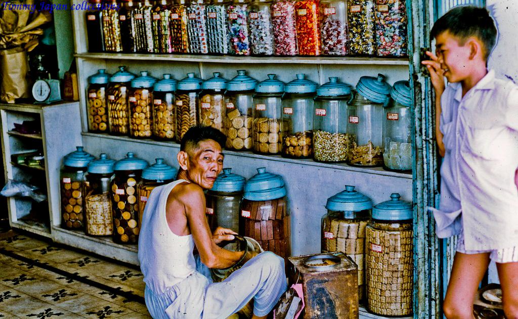 Cửa hàng bánh chợ Mỹ Tho năm 1969   Photo by Lance Cromwell