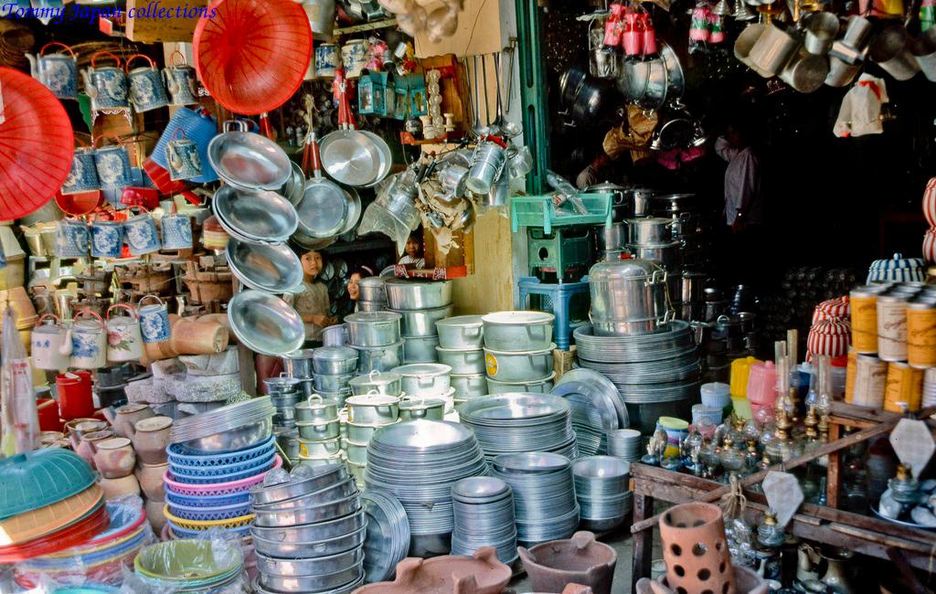 Cửa hàng dụng cụ bếp chợ Mỹ Tho năm 1969   Photo by Lance Cromwelll