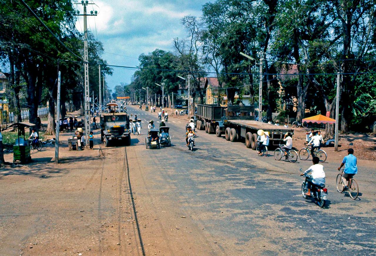 Đại lộ Hùng Vương ở Mỹ Tho tháng 3 năm 1969   Photo by Lance Nix