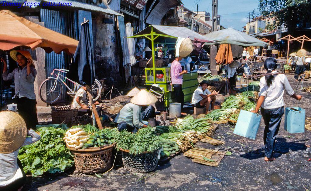 Dãy hàng rau ở chợ Mỹ Tho năm 1969   Photo by Lance Cromwell