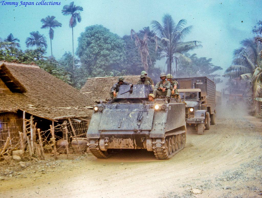 Quân đội đi ngang 1 làng quê Mỹ Tho tháng 11 năm 1968   Photo by Lance Cromwell