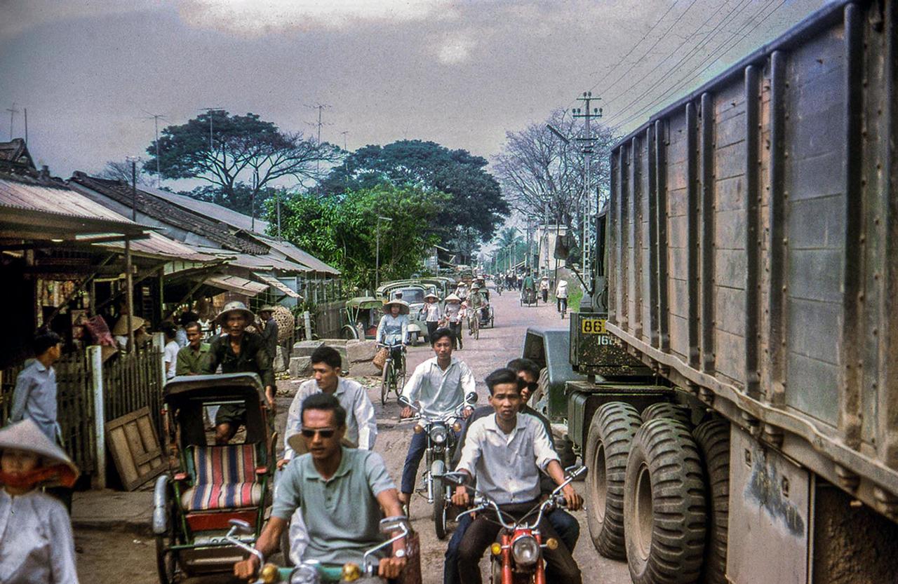 Dọc đường đến Mỹ THo vào đầu tháng 11 năm 1968   Photo by Lance Nix