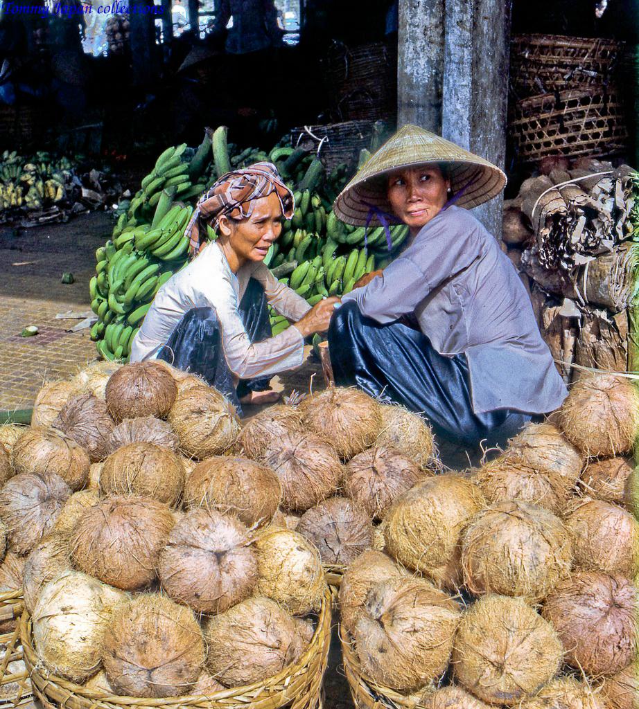 Sạp bán dừa khô ở chợ Mỹ Tho năm 1969   Photo by Lance Cromwell