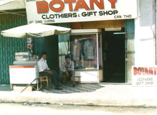 Một cửa hàng ở đường Hùng Vương Cần Thơ năm 1972 - 1973 | Photo by Rick Stayner