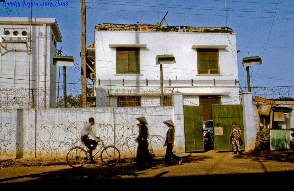 Khu nhà đại sứ quán Mỹ Tho trên đường Nguyễn Huệ tháng 12 năm 1968   Photo by Lance Cromwell